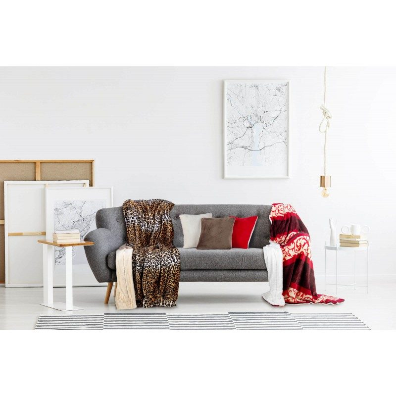 Mekan dekorativan pokrivač visoke kvalitete od mikrovlakana za ugodne trenutke udobnosti i opuštanja na svakom koraku: u spavaćoj sobi, dnevnoj sobi, na izletu ili u pikniku. Pokrivač možete koristiti s obje strane. Na jednoj strani je izuzetno mekana tkanina u bijeloj boji, dok je druga strana u obojanoj boji. Različite boje pokrivača i elegancija za svaki kutak vašeg doma. Dekorativan pokrivač je također odličan poklon koji će oduševiti vaše najmilije. Pokrivač je periv na 30 °C.