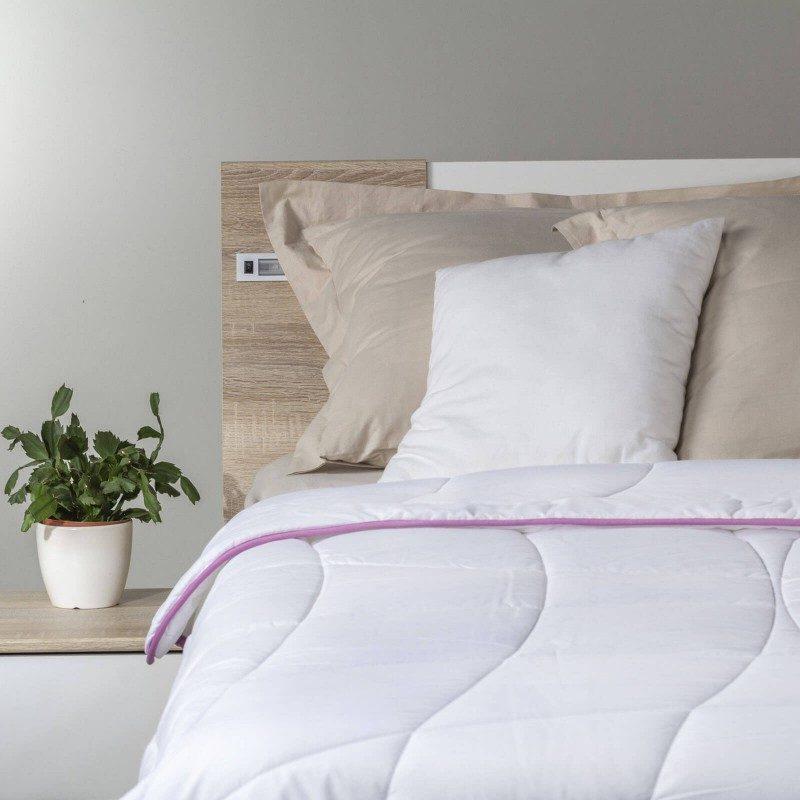 Lagani pokrivač Lavender Provence Summer oduševit će vas mekoćom i udobnošću. Kvalitetna ClimaFill mikrovlakna u pokrivaču pružaju mekoću, volumen i prozračnost što čini ugodno okruženje za spavanje. Nježni miris lavande pruža dodatnu udobnost tijekom spavanja, koji umiruje, uklanja iscrpljenost i nesanicu. Pokrivač se u cijelosti može prati na 60 ° C.