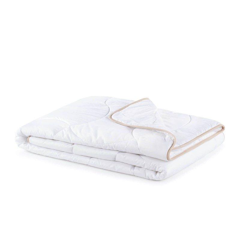 Cjelogodišnji pokrivač SleepBamboo s bambusovim vlaknima oduševit će vas udobnošću u svim godišnjim dobima. Kombinacija kvalitetnih mikrovlakana i prirodnih bambusovih vlakana sa svojom izuzetnom sposobnošću upijanja i odvajanja vlage nudi ugodnost onima koji se puno znoje tijekom spavanja. Pokrivač se u cijelosti može prati na 60 °C.