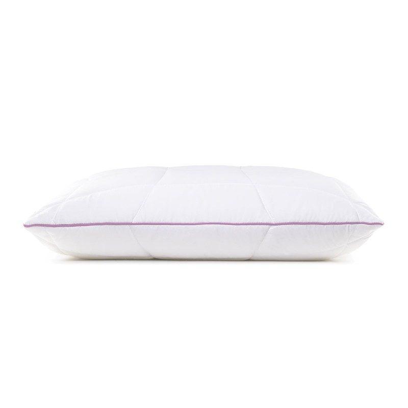 Klasičan oblik jastuka Lavander Provance je univerzalan jer je prikladan za sve položaje spavanja. Nježan miris lavande, koji smiruje, uklanja iscrpljenost i nesanicu, daje vam dodatnu udobnost dok spavate. Jastuk je u cijelosti periv na 60°C.