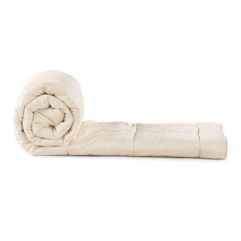 Pokrivač Bamboo s bambusovim vlaknima razveselit će vas udobnošću u svim godišnjim dobima. Pokrivač od bambusa savršen je izbor za sve koji cijene prirodne materijale. 100% nebijeljeni pamuk i bambusova vlakna svojom izuzetnom sposobnošću upijanja vlage i apsorpcije, pružaju udobnost onima, koji se puno znoje tijekom spavanja. Pokrivač je u cijelosti periv na 60 °C.