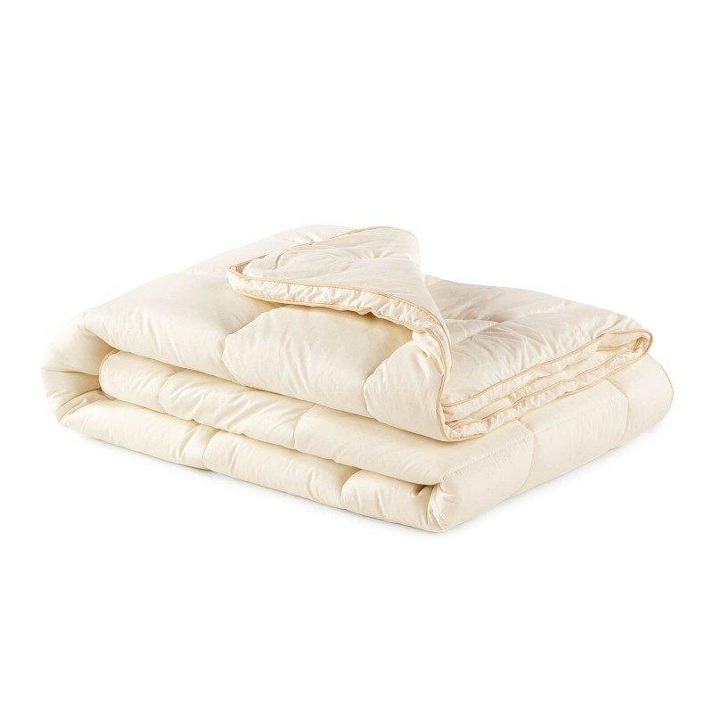 Topli zimski pokrivač s bambusovim vlaknima oduševit će vas udobnošću i toplinom u najhladnijim zimskim mjesecima. Pokrivač od bambusa savršen je izbor za sve koji cijene prirodne materijale. 100% nebijeljeni pamuk i bambusova vlakna sa svojom izuzetnom sposobnošću upijanja i odvođenja vlage pružaju udobnost onima koji se tijekom spavanja puno znoje. Pokrivač u cijelosti periv na 60°C.