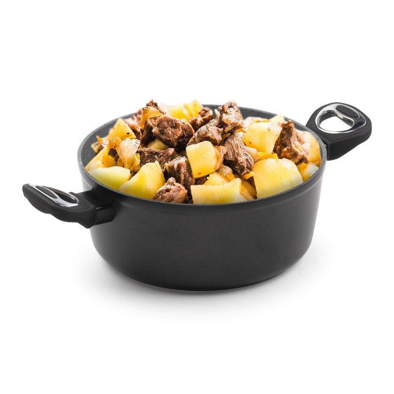 Lonac Black Lava Stone promjera 24 cm uvrštava se u rang premium posuđa sa inovativnim i tehnološki dovršenim mineralnim premazom, razvijenim u Švicarskoj. Neprianjajući mineralni premaz u izgledu vulkanskog kamenja omogućuje prirodan način kuhanja i pečenja s minimalno masnoća. Hrana zadržava sve hranjive tvari i vitamine koje naše tijelo treba za zdravi život. Lonac je primjeren za sve površine za kuhanje i indukciju. Jednostavno se održava i pere u perilici posuđa. Svo posuđe iz linije Black Lava Stone karakterizira višeslojni sastav koji jamči dugi životni vijek te visoki stupanj otpornosti i izdržljivosti posuđa.
