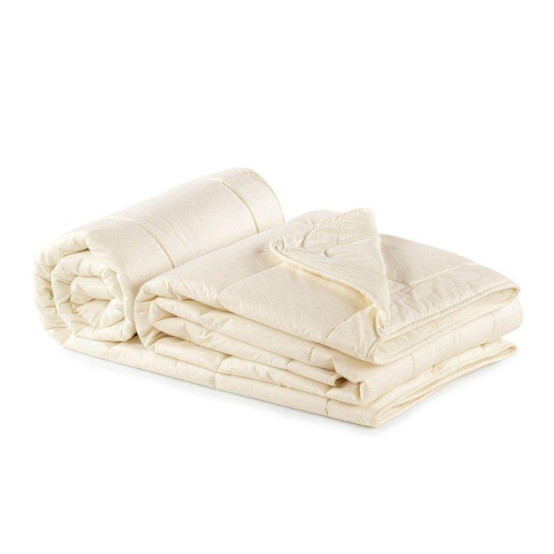 Set od dva pokrivača Bamboo 4 Seasons s bambusovim vlaknima razveselit će vas udobnošću u svim godišnjim dobima. Pokrivač od bambusa savršen je izbor za sve koji cijene prirodne materijale. 100% nebijeljeni pamuk i bambusova vlakna svojom izuzetnom sposobnošću upijanja vlage i apsorpcije, pružaju udobnost onima, koji se puno znoje tijekom spavanja. Set od dva pokrivača pruža mogućnost korištenja na čak tri načina. Pokrivači su u cijelosti perivi na 40 °C.