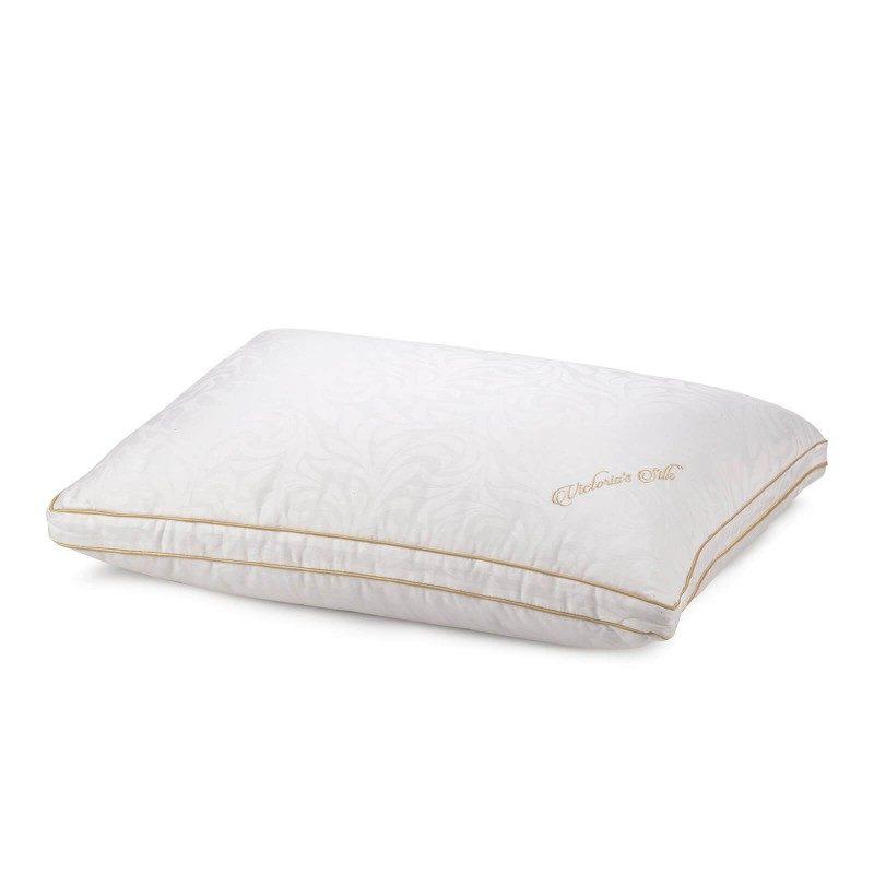 Klasični oblik višeg svilenog jastuka Vitapur Victoria's Silk je prikladan za sve osobe sa širim ramenima koje najčešće spavaju na boku. Viši i mekši jastuci prikladni su i za osobe sa više kilograma. Vaša će koža biti u kontaktu sa 100% pamukom i prirodnom mulberry svilom koja daje još više svježine i higijenskog okruženja za spavanje. Jastuk je u cijelosti periv na 30 ° C.