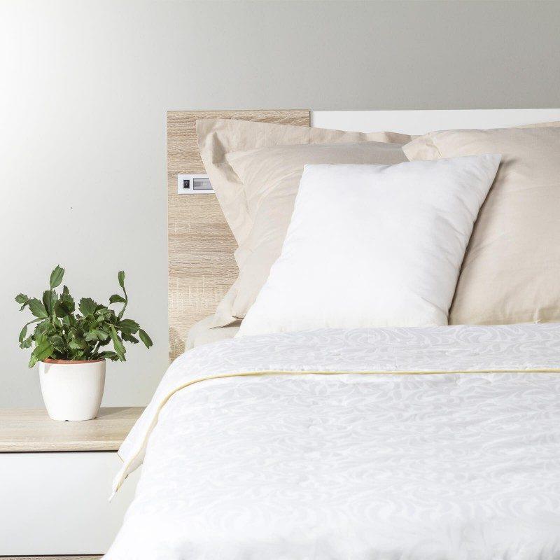 Lagani ljetni pokrivač Victoria's Silk će vas osvojiti svojim profinjenim izgledom i luksuznom udobnošću tijekom toplijeg perioda u godini. Svileni pokrivač je savršeni izbor za sve koji cijene prirodne materijale. Prirodna mulberry svila u punjenju diše sa vama i savršeno regulira temperaturu te jamči ugodan san i luksuznu udobnost.