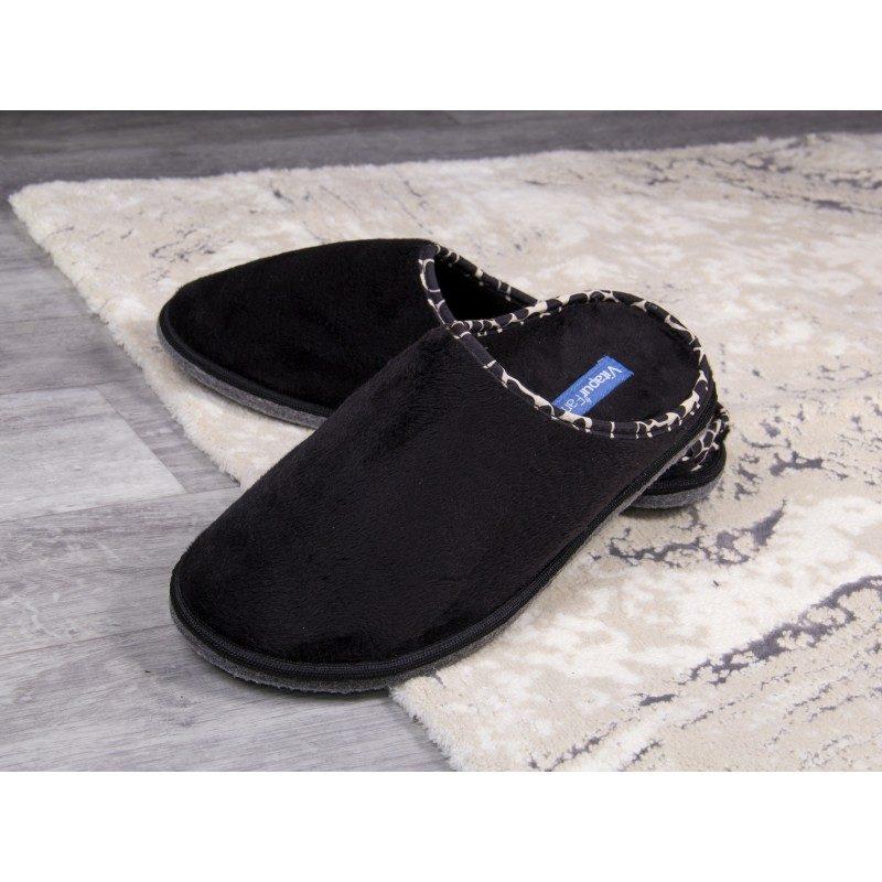 Za udoban korak! Mekane kućne papuče SoftTouch Home su izrađene od kvalitetnih mikrovlakana koja daju još bolji osjećaj mekoće i udobnosti. Jednobojne papuče s tvrdim potplatom i dekorativnim rubom. Papuče su primjerene za muškarce. Papuče nisu primjerene za strojno pranje.