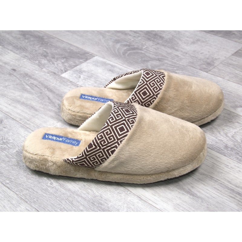 Udoban korak za veće i manje nožice! Mekane kućne papuče SoftTouch Home su izrađene od kvalitetnih mikrovlakana koja daju još bolji osjećaj mekoće i udobnosti. Jednobojne papuče s mekanim potplatom i dekorativnim rubom. Papuče su primjerene za žene. Papuče nisu primjerene za strojno pranje.