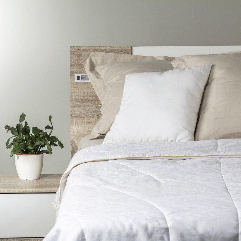 Cjelogodišnji svileni pokrivač Victoria's Silk će vas osvojiti svojim profinjenim izgledom i luksuznom udobnošću tijekom cijele godine. Svileni pokrivač je savršeni izbor za sve koji cijene prirodne materijale. Prirodna mulberry svila u punjenju diše sa vama i savršeno regulira temperaturu te jamči ugodan san i luksuznu udobnost.