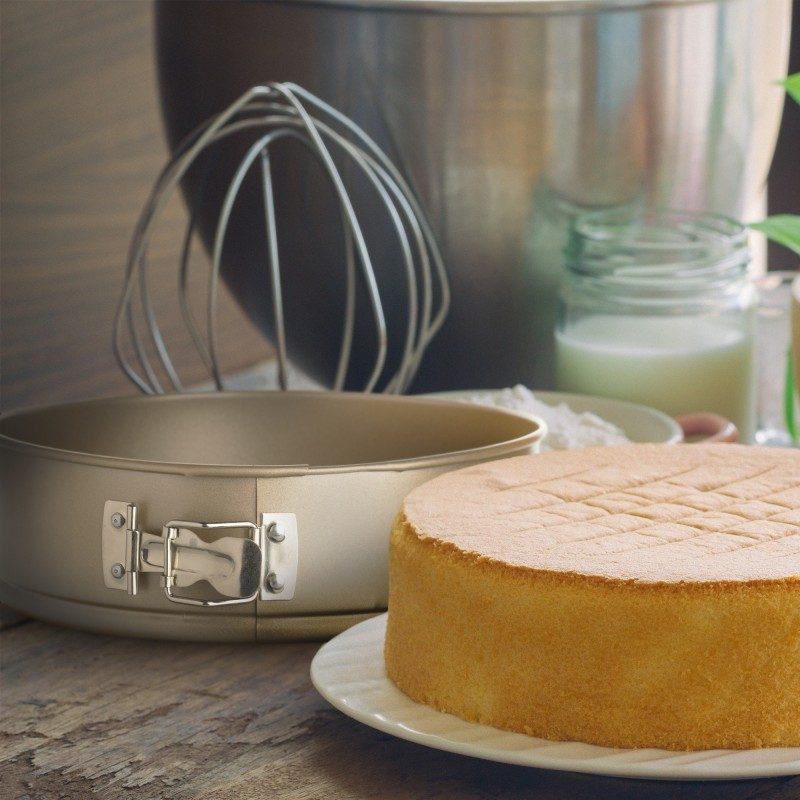 Okrugli pekač Rosmarino Baker Golden 24 cm, proizveden od visokokvalitetnog karbonskog čelika, modernog je izgleda u zlatnoj boji, bit će vaš novi nezamjenjivi dodatak za pečenje. Neprianjajući premaz s efektom vrućeg kamena daje jedinstven pristup pečenju jer ćete moći peći bez masnoće ili upotrijebiti minimalno masnoća. Namirnice se tako neće zalijepiti za pekač, uklanjanje je jednostavno, bez upotrebe kuhinjskih pomagala. Pekač ima uklonjivi obruč koji lako možete ukloniti s opružnim zatvaračem od nehrđajućeg čelika koji sprječava curenje tekućine tijekom pečenja. Pekač je zbog svog sastava od karbonskog čelika otporan na visoke temperature, do 240° C, primjeren za spremanje u hladnjaku i za pranje u perilici posuđa. Idealan pekač za pečenje kolača, pita i ostalih okruglih peciva.