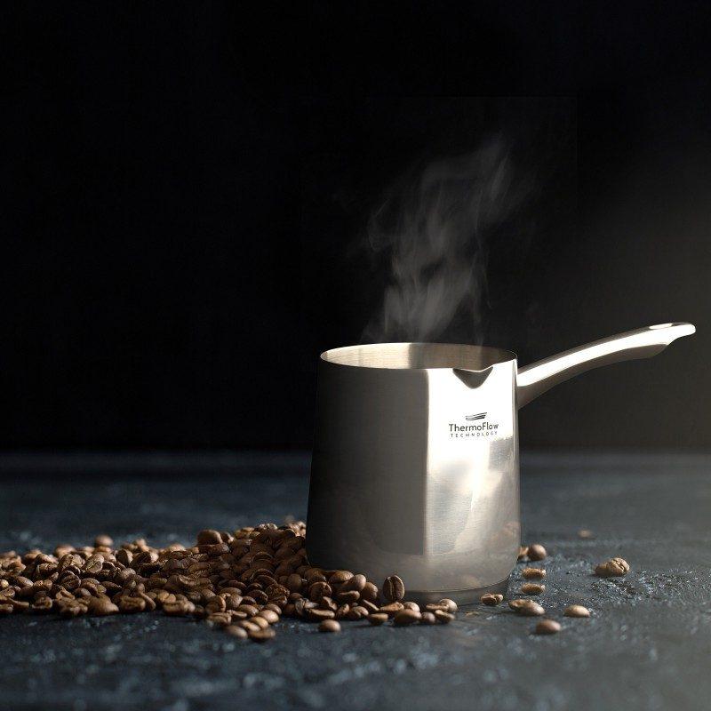 Pour&Cook čelična džezva promjera 10 cm, zapremnine 700 ml od neuništivog čelika 18/10 s 3-slojnim dnom koje omogućuje brzo i ravnomjerno zagrijavanje te kraće vrijeme kuhanja. ThermoFlow tehnologija savršeno raspoređuje toplinu po cijeloj površini posuđa što jamči ravnomjerno kuhanje. Primjerena za sve ploče za kuhanje, uključujući i indukciju. Jednostavno se pere i u perilici posuđa.