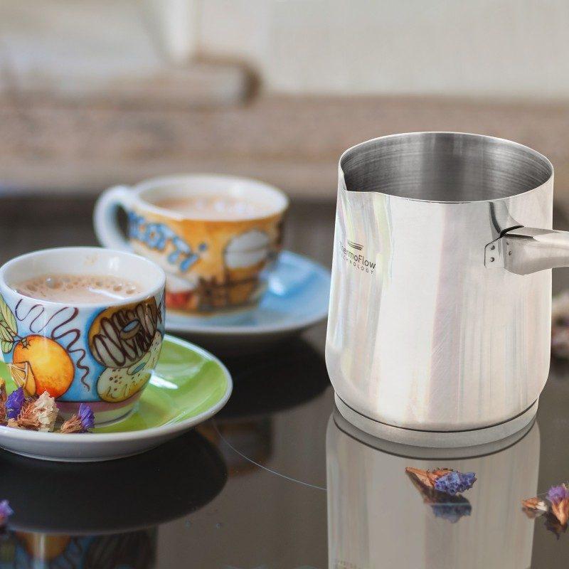 Pour&Cook čelična džezva promjera 8 cm, zapremnine 300 ml od neuništivog čelika 18/10 s 3-slojnim dnom koje omogućuje brzo i ravnomjerno zagrijavanje te kraće vrijeme kuhanja. ThermoFlow tehnologija savršeno raspoređuje toplinu po cijeloj površini posuđa što jamči ravnomjerno kuhanje. Primjerena za sve ploče za kuhanje, uključujući i indukciju. Jednostavno se pere i u perilici posuđa.