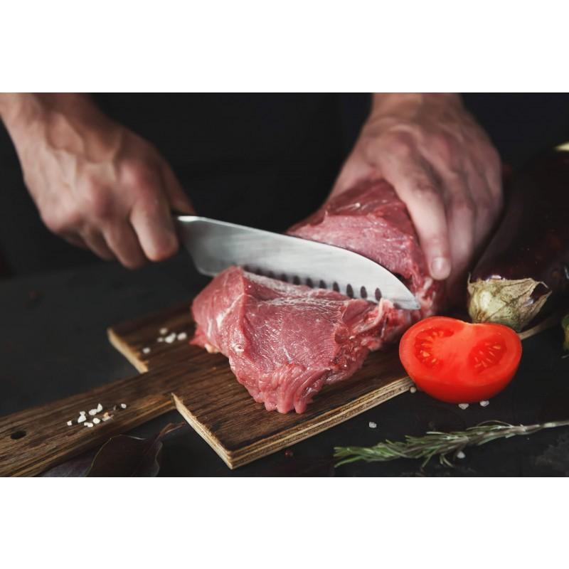 Zbog širokog oblika oštrice, nož je u japanskoj kuhinji nazvan nožem tri vrline jer ima dobra svojstva za rezanje povrća, ribe i mesa. Oštrica je proizvedena od nehrđajućeg čelika njemačke kvalitete, a izdržljiva ručka izrađena je od visokokvalitetne ABS plastike koja dopušta maksimalna opterećenja. Profesionalna oštrina bit će vam od velike pomoći kada trebate brzo i točno rezati veće i manje komade namirnica. Prednost noža je dvostrana oštrica, ručno oštrena pod kutom od 15 ° za dugotrajnu oštrinu i trajnost. Zbog posebnog brušenja nož je dodatno otporan na koroziju, hrđu i mrlje. Nož se lako čisti pod tekućom vodom s malo deterdženta.