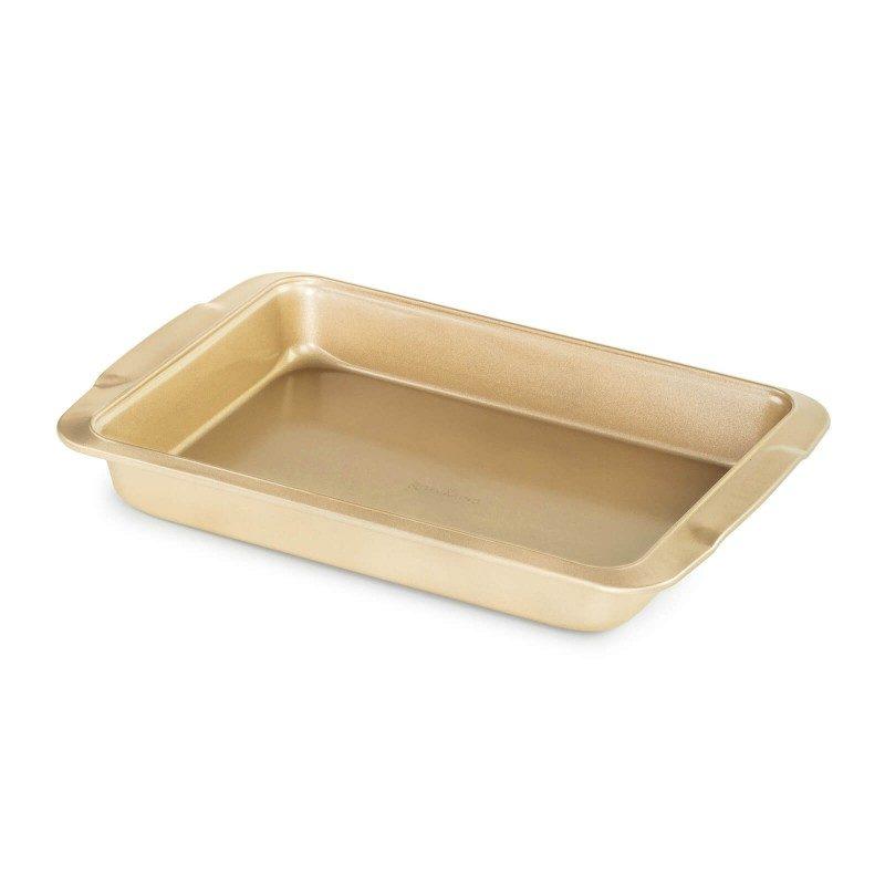 Veći univerzalni pekač Rosmarino Baker Golden, proizveden od visokokvalitetnog karbonskog čelika i modernog je izgleda u zlatnoj boji, bit će vaš novi nezamjenjivi dodatak za pečenje. Neprianjajući premaz s efektom vrućeg kamena daje jedinstven pristup pečenju, jer ćete moći peći bez masnoće ili upotrijebiti minimalno masnoće. Namirnice se tako neće zalijepiti za pekač, uklanjanje je jednostavno, bez upotrebe kuhinjskih pomagala. Pekač je zbog svog sastava od karbonskog čelika otporan na visoke temperature, do 240 ° C, primjeren za spremanje u hladnjaku i za pranje u perilici posuđa. Idealan pekač za pečenje mesa, ribe, povrća i peciva.