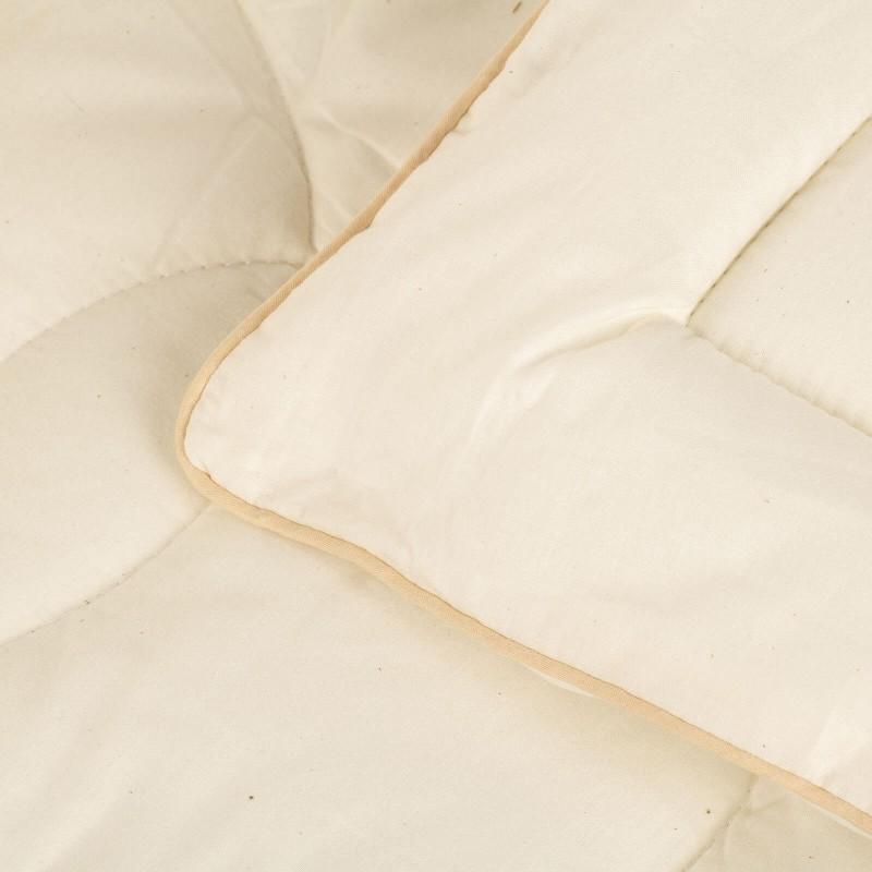 Cjelogodišnji Bamboo Premium pokrivač s bambusovim vlaknima razveselit će vas udobnošću u svim godišnjim dobima. Pokrivač od bambusa savršen je izbor za sve koji cijene prirodne materijale. 100 % nebijeljeni pamuk i bambusova vlakna svojom izuzetnom sposobnošću upijanja vlage i apsorpcije, pružaju udobnost onima, koji se puno znoje tijekom spavanja. Pokrivač je u cijelosti periv na 40 °C.