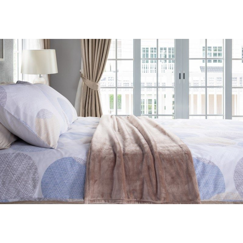 Mekani dekorativni pokrivač Anna od visoko kvalitetnih mikrovlakana za ugodne trenutke udobnosti i opuštanja na svakom koraku: u spavaćoj sobi, dnevnoj sobi, na izletu ili pikniku. Različite boje za svaki kutak vašeg doma. Ukrasni pokrivač također može biti poklon koji će oduševiti vaše najmilije. Pokrivač kje periv na 40 °C.