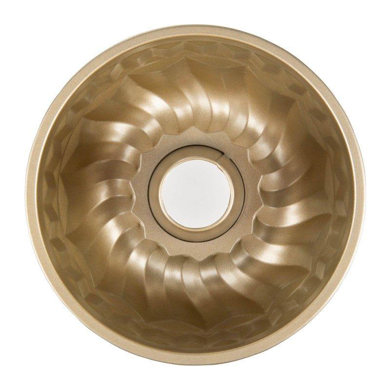 Pekač za kuglof Rosmarino Baker Golden, izrađen od visokokvalitetnog karbonskog čelika i modernog izgleda u zlatnoj boji, bit će vaš novi nezamjenjivi dodatak za pečenje. Neprianjajući premaz s efektom vrućeg kamena daje jedinstven pristup pečenju, jer ćete moći peći bez masnoće ili upotrijebiti minimalnu masnoću. Hrana se tako neće lijepiti za pekač i lako će je izvaditi bez upotrebe kuhinjskog pribora. Pekač je zbog svog sastava od karbonskog čelika otporan na visoke temperature, do 240 ° C, primjeren za spremanje u hladnjaku i za pranje u perilici posuđa. Idealno za pečenje kuglofa ili drugog sličnog peciva.