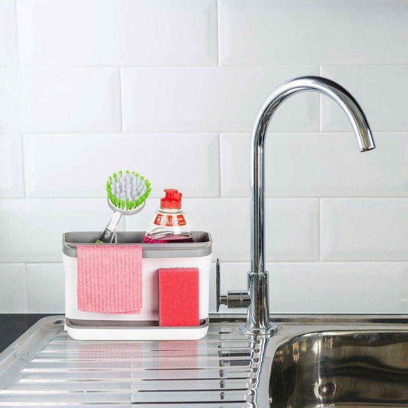Mali, ali iznimno zgodan kuhinjski organizator za spremanje pribora za čišćenje. Veće područje je idealno za sigurno spremanje sredstva za čišćenje, a manje za spremanje četke za čišćenje. Silikonski jastučić za spužvu, upiti će sav višak vode, tako da više nikada nećete imati problema s prekomjernim kapanjem i vlažnom podlogom. Praktičan držač idealan je za vješanje krpe za čišćenje ili male kuhinjske krpe. Na kraju jednostavno podignite gornji dio organizatora i isperite višak vode da ga očistite. Najprimjereniji i najjednostavniji način za pohranu spužve, deterdženata i drugih sredstava za čišćenje - sve na jednom mjestu.
