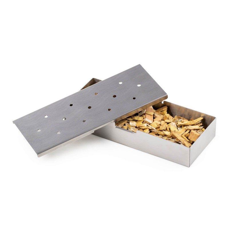 Stvorite gurmanske dimljene specijalitete i iznenadite obitelj i prijatelje novim okusima! Za savršen izlet i roštilj, odaberite posudu za dimljenje Rosmarino koja će hranu ravnomjerno dimiti aromatičnim čipsom. Posudu napunite omiljenim aromatičnim čipsom (1-2 šalice), koji ste prethodno namočili u vodi 30-60 minuta. Posuda za dimljenje idealna je za roštilj na drveni ugljen, gdje je jednostavno stavite na žar i čekate da se miris počne razvijati i meso poprimati aromu. Napravljena od nehrđajućeg čelika, otporna na visoke temperature i gotovo neuništiva. Poklopac ima rupe na gornjoj strani kroz koje ide dim aromatičnog čipsa. Jednostavno čišćenje i u perilici posuđa.