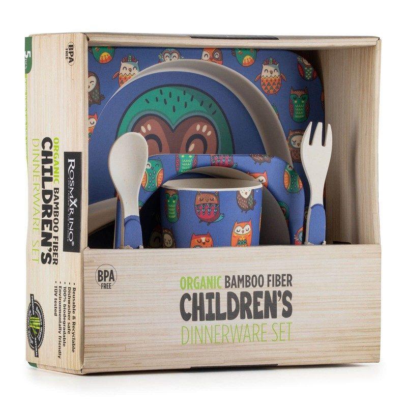 Nikad nije bilo lakše naučiti dijete kako pravilno sjediti za stolom, držati žlicu i jesti samostalno. 5-dijelni dječji set od prirodnog bambusa Rosmarino izrađen je od kukuruznog škroba i prirodnih bambusovih vlakana koji su u potpunosti biorazgradivi i ekološki prihvatljivi. Set je prikladan za prve obroke djeteta, gdje će mu u nespretnost pomoći simpatični životinjski motivi koji će hranjenje učiniti još ugodnijim. Dječji set sadrži tanjur, duboki tanjur ili zdjelu, čašu, malu žlicu i vilicu - sve što je potrebno za kvalitetan obrok za dijete. Set ne sadrži petrokemijske tvari i BPA, ne ostavlja umjetni okus u hrani, zbog svog je sastava izuzetno čvrst, ali istovremeno lak za nošenje. Lako se čisti pod tekućom vodom ili u perilici posuđa.