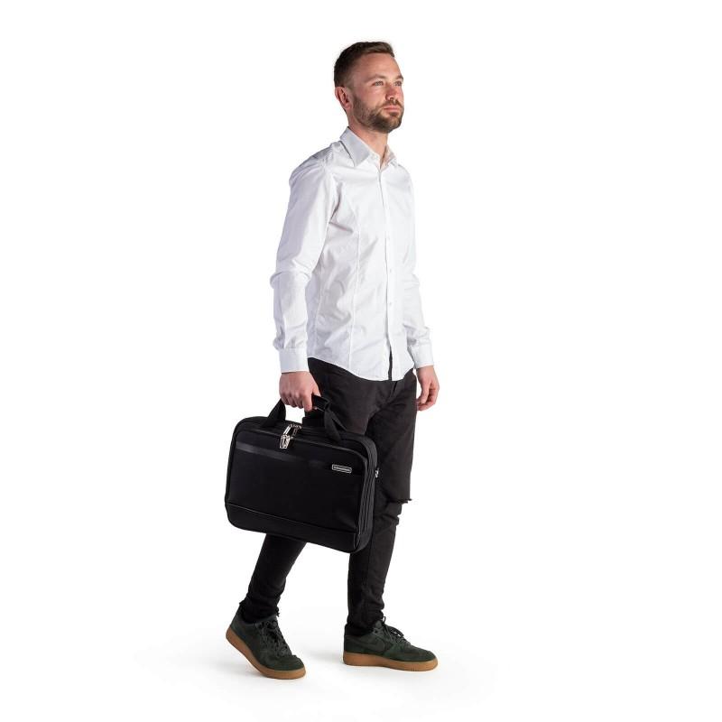 """Poslovna torba za prijenosno računalo Soho u crnoj boji modernog dizajna i izgleda. Središnji veći pretinac je prikladan za prijenosno računalo veličine do 15 """", a brojni dodatni pretinci omogućuju lakše organiziranje predmeta. Torbu možete nositi u rukama što omogućuju dvije kraće i podložene ručke s podesivim naramenicama, te torbu možete nositi i na ramenu."""