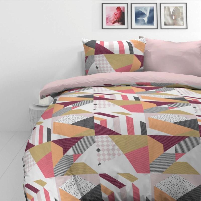 Vrijeme je za potpuno uživanje u modernim pamučnim posteljinama! Posteljina Rose Lines od mekanog pamučnog satena, koji je satkan od visokokvalitetnog, tankog tkanja. Posteljina od satena je prekrasan ukras vaše spavaće sobe, a u isto vrijeme odličan izbor za udoban i ugodan san. Posteljina je periva na 40 °C.