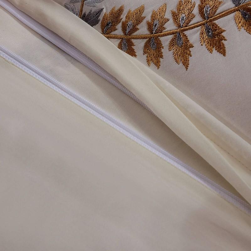 Vrijeme je za potpuno uživanje u pamučnim posteljinama s vezenim uzorkom! Posteljina Loara od gusto tkanog pamučnog satena, koji je satkan od visokokvalitetnog, tankog tkanja. Posteljina od satena je prekrasan ukras vaše spavaće sobe, a u isto vrijeme odličan izbor za udoban i ugodan san. Posteljina je periva na 40 °C.