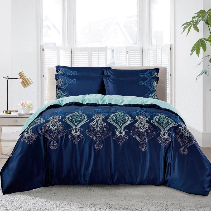 Vrijeme je za potpuno uživanje u pamučnim posteljinama s vezenim uzorkom! Posteljina Nevia od gusto tkanog pamučnog satena, koji je satkan od visokokvalitetnog, tankog tkanja. Posteljina od satena je prekrasan ukras vaše spavaće sobe, a u isto vrijeme odličan izbor za udoban i ugodan san. Posteljina je periva na 40 °C.