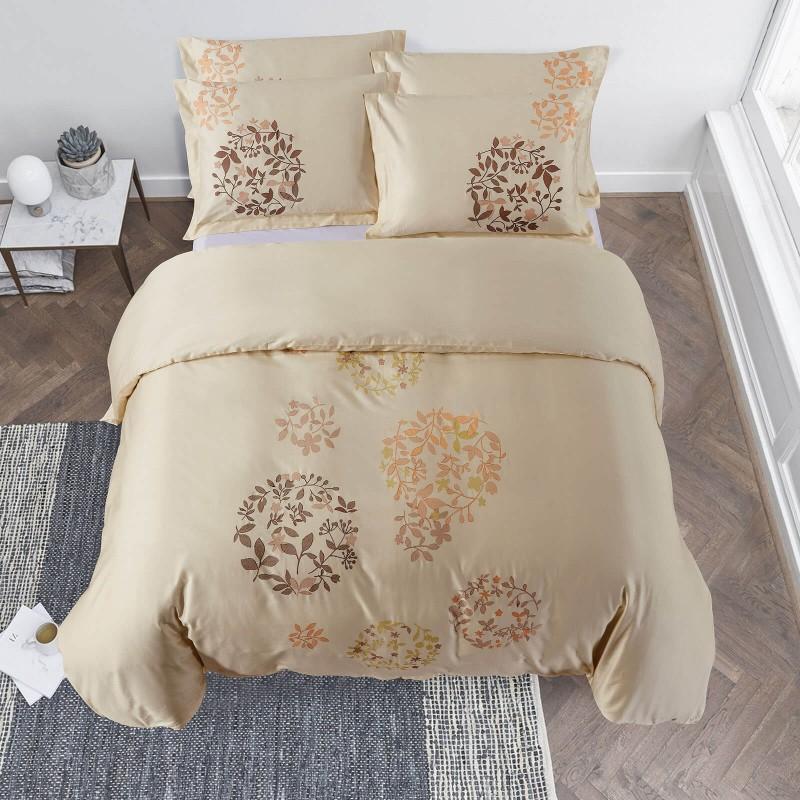 Vrijeme je za potpuno uživanje u pamučnim posteljinama s vezenim uzorkom! Posteljina Iza od gusto tkanog pamučnog satena, koji je satkan od visokokvalitetnog, tankog tkanja. Posteljina od satena je prekrasan ukras vaše spavaće sobe, a u isto vrijeme odličan izbor za udoban i ugodan san. Posteljina je periva na 40 °C.