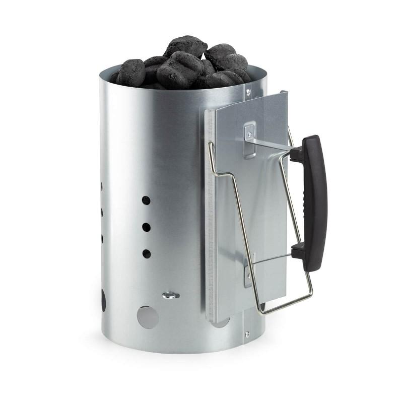 Kamin Rosmarino za paljenje ugljena i briketa je idealan dodatak u pripremi specijaliteta sa roštilja. Pomoću njega ćete brzo i jednostavno pripremiti sve potrebnu za ukusan roštilj i druženje sa prijateljima. Ugljen ili briketi će biti spremni za pečenje za manje od 15 minuta, a sve to bez upotrebe opasnih tekućina za paljenje. Kamin napunite do vrha sa ugljenom i briketima, postavite na kocke za paljenje i pričekajte dok briketi ne postanu sivi. Kamin za paljenje vrućeg ugljena i briketa za roštilj izrađen je od čvrstog i izdržljivog metala, dok su ručke od plastike, koja je otporna na visoke temperature. Nakon upotrebe kamin jednostavno isperite pod tekućom vodom.