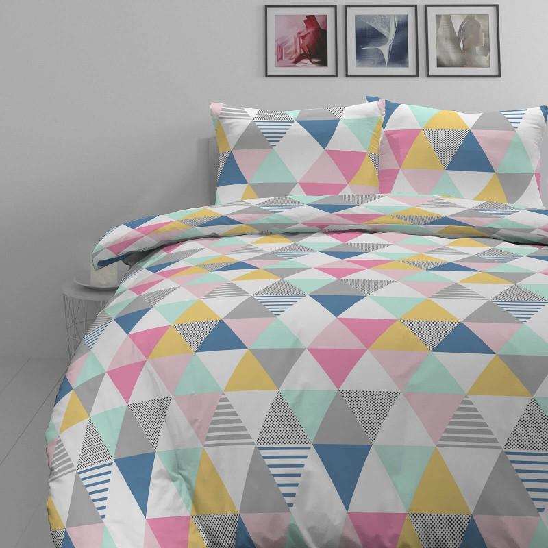 Vrijeme je za potpuno uživanje u modernim pamučnim posteljinama! Posteljina Triangle Dreams od mekanog pamučnog satena, koji je satkan od visokokvalitetnog, tankog tkanja. Posteljina od satena je prekrasan ukras vaše spavaće sobe, a u isto vrijeme odličan izbor za udoban i ugodan san. Posteljina je periva na 40 °C.