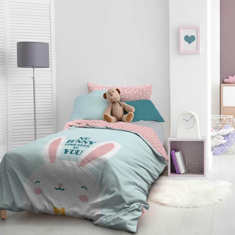 Vrijeme je za miran i udoban san vaših najmlađih! Pamučna posteljina sa zanimljivim dječjim motivom koji će zasigurno oduševiti djecu i odvesti ih u čudesnu zemlju snova. Posteljina Bunny od renforce platna, mekane tkanine, jednostavne za održavanje. Posteljina je periva na 40 C°.