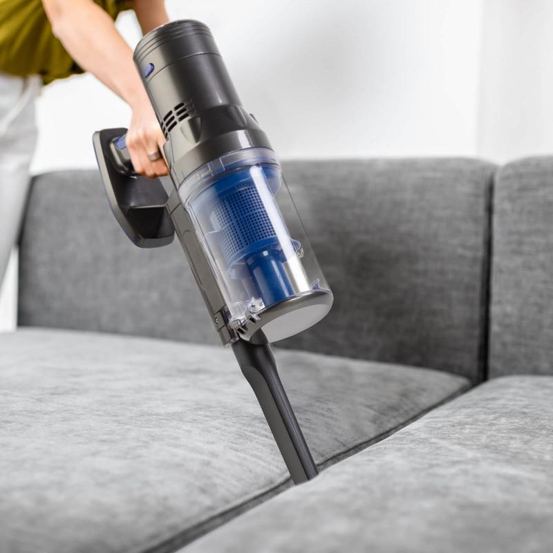 """Baterijski štapni usisavač s 120 W je vrhunsko pomagalo za usisavanje svih površina u vašem domu - od poda do stropa, bez upotrebe """"dosadnih"""" kablova! Idealan za usisavanje po katovima, u više različitih soba, čak i po stepenicama - s njime vaša metla odlazi u zaborav! Vaš novi kućni pomoćnik će vas uvjeriti svojom pokretljivošću do 120 stupnjeva i različitim brzim i učinkovitim rezultatima na svim površinama, uključujući tepihe, parkete ili pločice. Prema zasluzi funkcije """"2 u 1"""" možete na jednostavan i brz način prijeći sa ručnog na podno usisavanje - samo jednim klikom. Komplet uključuje motoriziranu rotacijsku četku/metlu, dva dodatna nastavka i adapter za napajanje."""