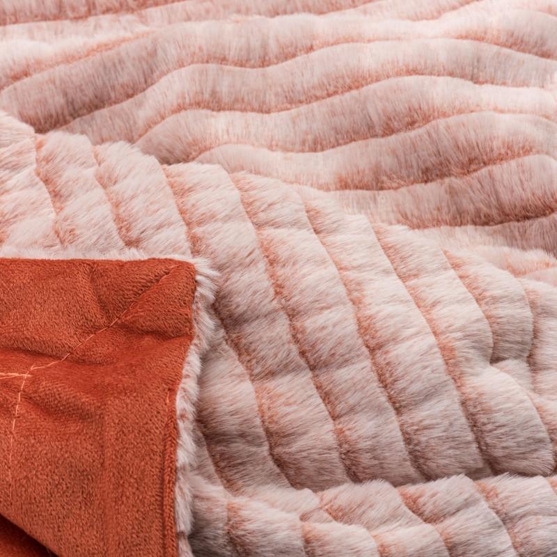 Dekorativni pokrivač Emily stvoren je za trenutke nježnosti i bezbrižnosti. Isti tren kada ćete dodirnuti i zaogrnuti se toplim pokrivačem, zaboravit ćete sve loše trenutke i jednostavno se prepustiti opuštanju. Zahvaljujući dužim vlaknima, pokrivač možete koristiti u hladnijim ljetnim večerima, kao dodatni pokrivač u hladnijim zimskim mjesecima ili kao prekrivač za krevet ili kauč. Pokrivač je periv na 30 °C.